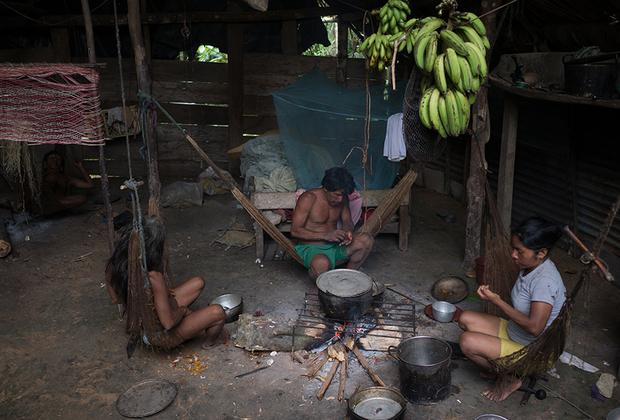 Затерянные в джунглях индейцы умеренно пользуются благами цивилизации.