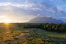 Гора Дуида — юго-восточный форпост Гвианского нагорья, знаменитого своими столовыми горами. Есть легенда, что на поверхности плато Дуиды раскинулись озера, полные изумрудов, бриллиантов и других драгоценных камней. Склоны горы действительно приносят много богатств: несколько золотых шахт все еще привлекают в Эсмеральду старателей из разных стран Латинской Америки, хотя официально пребывание иностранцев в регионе строго ограничено армией Венесуэлы.