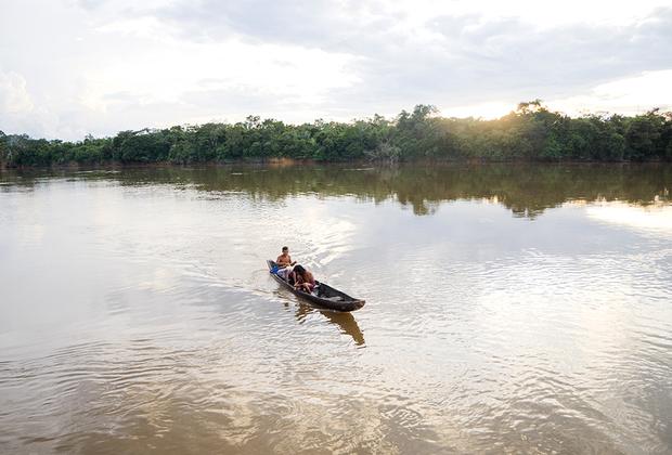 Традиционное каноэ-долбленка на реке Окамо.