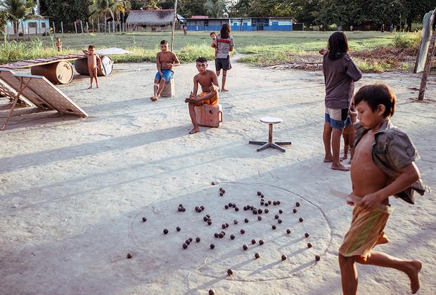 Традиционная игра, по сути напоминающая бильярд: нужно выбивать высушенные и отполированные орехи из круга.