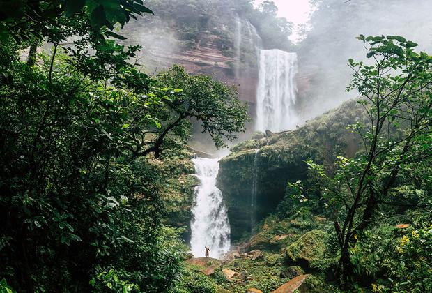 Трехступенчатый водопад Ханириани находится около деревни Сан-Хуан де Дьос. Тропа проходит на месте заброшенной дороги: 15 лет назад здесь начали строить электростанцию, и жители деревни активно волонтерили на стройке: надеялись на бесплатное электричество. Но что-то пошло не так, станцию забросили, джунгли поглотили дорогу, а красивейший водопад остался на месте.