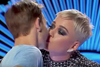 Поцелуй Кэти Перри с 19-летним музыкантом сочли сексуальным домогательством