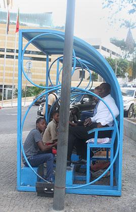 Чистильщики обуви за работой на улице Луанды
