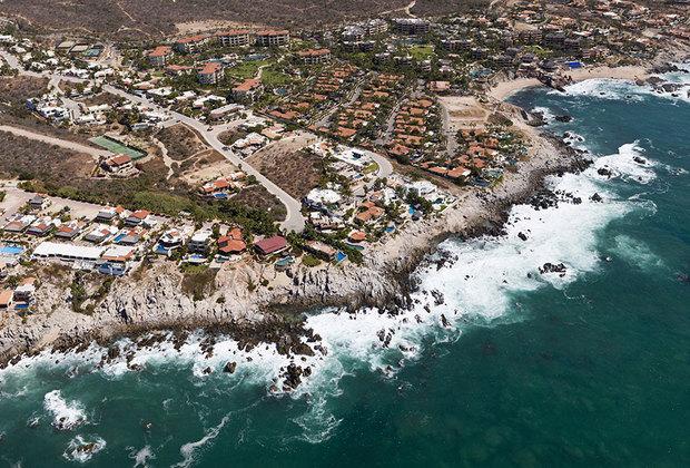 Лос-Кабос расположен в штате Южная Нижняя Калифорния. В состав муниципалитета на самом деле входят два небольших города-курорта: Кабо-Сан-Лукас и Сан-Хосе-дель-Кабо. В совокупности в них живут более 300 тысяч человек — не считая туристов, которых здесь море.
