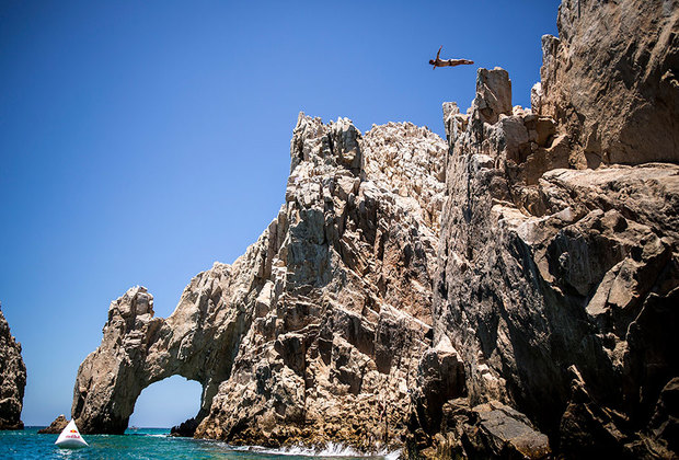 Самая известная достопримечательность и символ Лос-Кабоса — огромная скала Эль Арко, расположенная там, где встречаются воды Тихого океана и моря Кортеса. Когда-то здесь якобы любили собираться пираты — по крайней мере, так говорят местные гиды-самоучки, которые охотно возят к арке на лодках. Скала внесена в список Всемирного наследия ЮНЕСКО.