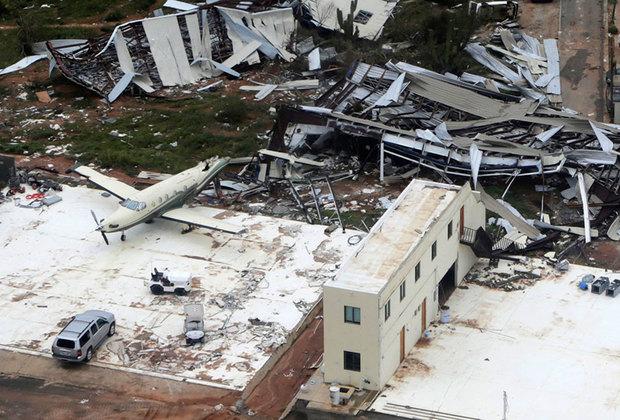 На фото — не последствия криминальных разборок, а следы, оставленные ураганом «Одиль» в 2014 году. Шторм четвертой категории опасности, порывы ветра в эпицентре которого достигали скорости до 200 километров в час, просто уничтожил местный аэропорт. Не только Лос-Кабос, но и многие другие города на западном побережье Мексики тогда остались без воды, электричества и телефонной связи.
