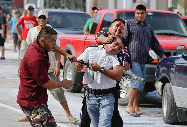 """Расслабление может понадобиться после столкновения с внекурортными реалиями. Репутацию пляжного рая портит сухая статистика: мексиканский Совет гражданской безопасности <a href=""""http://dom.lenta.ru/news/2018/03/07/mostdangerous/"""" target=""""_blank"""">назвал</a> Лос-Кабос самым опасным городом мира, в 2017 году на каждые 100 тысяч жителей там приходилось 111,33 убийства. По этому показателю муниципалитет обогнал даже известный кровавыми разборками и похищениями людей Каракас. Но туристов это, похоже, нисколько не смущает."""