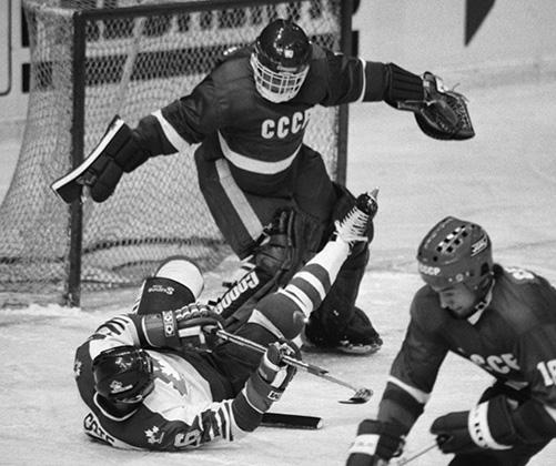 16 декабря 1986 года. Евгений Белошейкин (СССР) во время игры со сборной Канады во Дворце спорта в Лужниках.