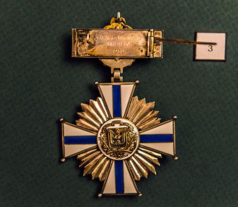 Одна из многочисленных медалей Трухильо