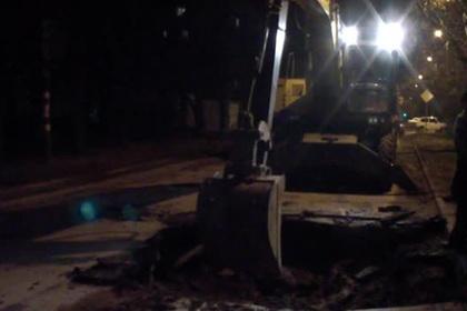 В Таганроге техника приехала ремонтировать яму и провалилась в нее