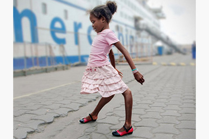 Африканскую девочку с развернутыми назад коленями спас медицинский корабль
