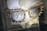 Солнцезащитные очки — не только практичная вещь, но и броский аксессуар. Марка Laura Ashley показала сугубо декоративные модели, не предназначенные для повседневной носки: они напоминали театральный реквизит или вечерние драгоценности.