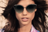 Своеобразная смесь двух популярных женских силуэтов — очков-полумаски и очков-«кошачьих глазок», — очки-«бабочки» с цветными (синими, зелеными, розовыми) стеклами были популярны в 2000-х и снова возвращаются на модную арену.