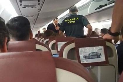 Пенсионер оскорбил чернокожую стюардессу