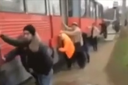 Отзывчивые краснодарцы дотолкали сломавшийся трамвай до конечной