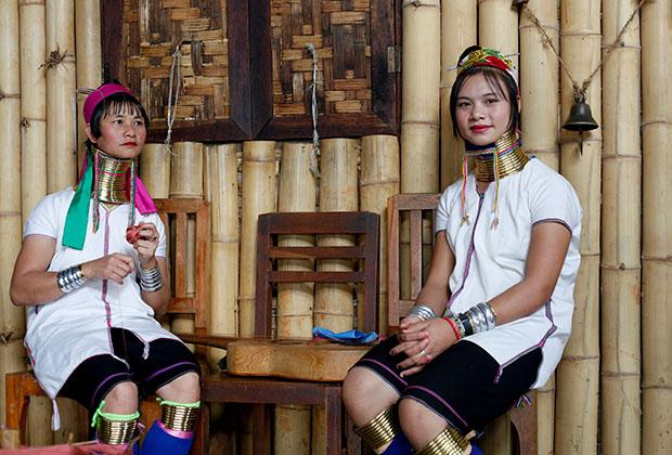 Девушки из бирманского племени падаунов с озера Инле в Мьянме