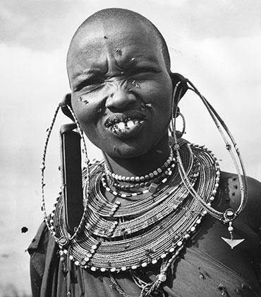 Женщина из племени масаи (фото 1950-х годов). Украшения в ушах указывают на брачный статус