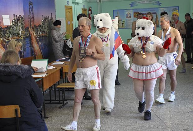 В Барнауле на избирательный участок явились полуголые участники клуба зимнего плавания «Полярный медведь»
