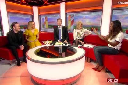 Сотрудница «Би-би-си» спряталась за диваном в прямом эфире и насмешила зрителей