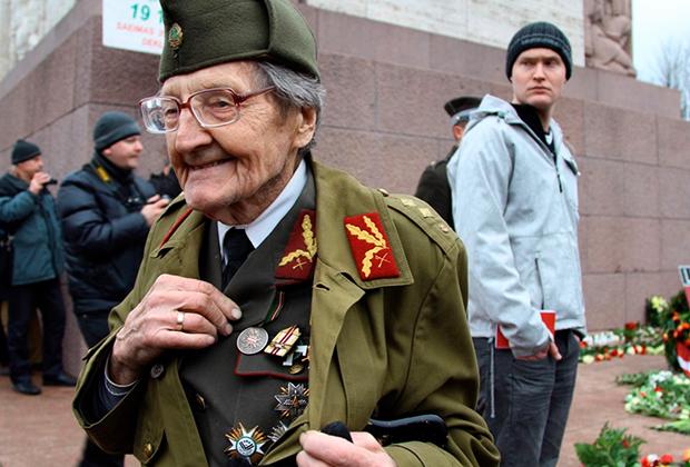 Ветеран латвийского полка легионеров СС во время шествия в Риге