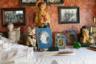 Интерьер деревянного дома в деревне в Архангельской области: статуэтки, фотографии предков и родственников.