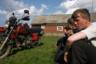 День рыбака. Молодежь собирается ехать на мотоциклах в соседнюю деревню Лопшеньгу. Сейчас в деревне появилась мобильная связь, а совсем недавно единственная связь с другими населенными пунктами была с единственного в округе телефонного автомата.