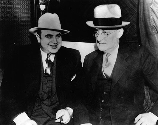 Аль Капоне с представителем американской юстиции