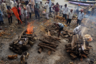 У гхата Маникарники (выход к воде на берегу священной Ганги), главного индийского крематория, одновременно сжигают 6-7 тел.