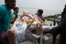 Родственники усопшего несут тело к воде священной Ганги, чтобы произвести омовение усопшего перед сожжением. В ритуале принимают участие все члены семьи.