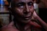 Мужчина, оплакивающий своего усопшего родственника после кремации.