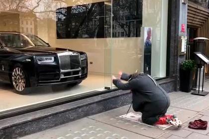 Чичваркин совершил намаз перед Rolls-Royce в Лондоне