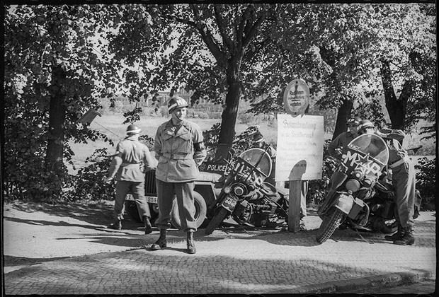 На демаркационной линии между американской и советской зонами оккупации Германии. 25 мая 1945 года.