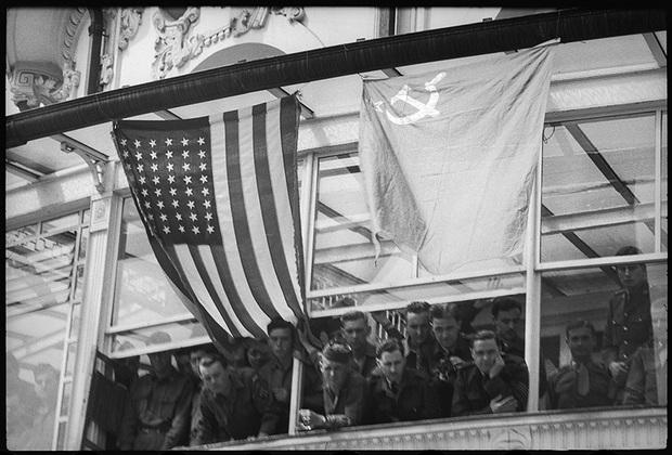 Американские войска, занявшие немецкие города. По улицам едут офицеры Красной армии. 25 мая 1945 года.