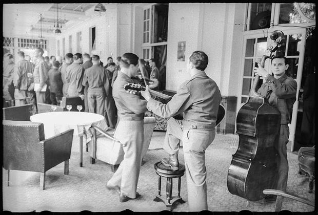 В холле гостиницы для американских офицеров. 25 мая 1945 года.
