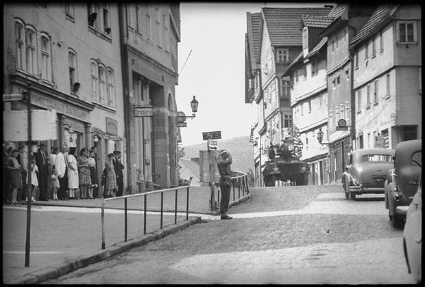 По улицам немецких городов, занятых американцами, едут офицеры Красной армии. 25 мая 1945 года.