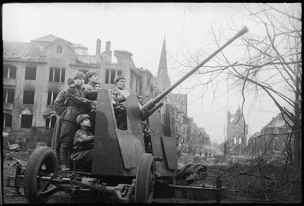 Зенитчики подразделения лейтенанта Жулина М.М. на площади Штутгарта. 1-й Украинский фронт, 20 марта 1945 года.