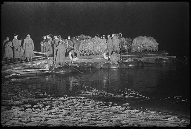 Ночная переправа через Днепр на пароме. Белорусский фронт, ноябрь 1943 года.