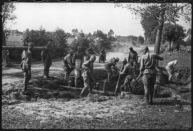 Подразделение саперов младшего лейтенанта Савченкова В. улучшает дороги за Вислой. Они принимали участие в строительстве первых переправ через реки Висла, Буг, Днестр, Днепр и другие. Начали свой боевой путь от Ельца. 1-й Украинский фронт, август 1944 года.