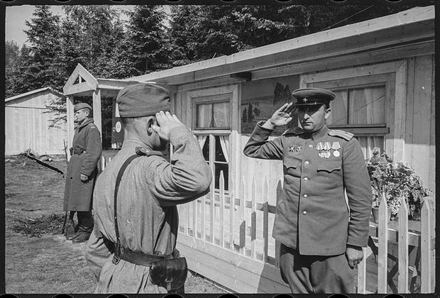 В лагере N-го артиллерийского Краснознаменного ордена Суворова и ордена Кутузова полка. Командир полка— гвардии подполковник Юдин В.А. отдает приказание дежурному офицеру. 1-й Украинский фронт, 25 мая 1945 года.