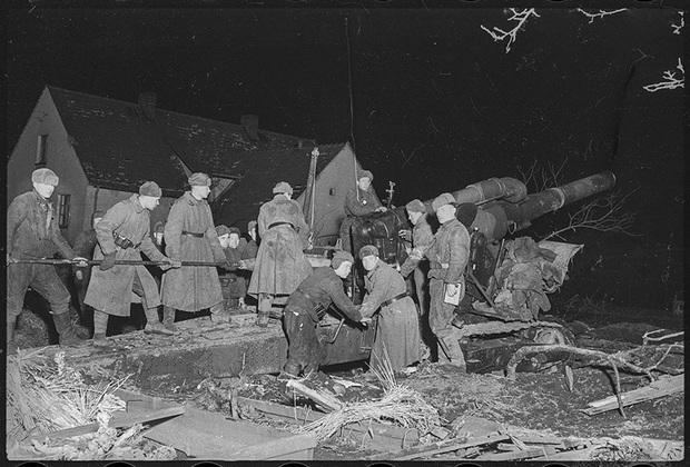 Огонь по Бреславскому гарнизону немцев ведет из артиллерии большой мощности подразделение младшего лейтенанта Гаврилова И.П. (командир взвода). 1-й Украинский фронт, 27 февраля 1945 года.
