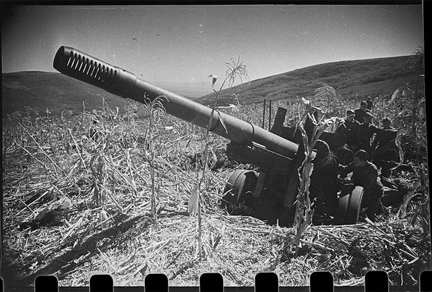 В 62-м гвардейском тяжелом артиллерийском полку, которым командует гвардии подполковник Дольст К.А. На снимке— расчет орудия гвардии Ковалевского Ю.А. за работой. Северо-Кавказский фронт, в районе Моздока, 20 сентября 1942 года.