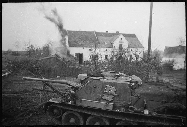На западном берегу Одера (западнее Лигница). Самоходная артиллерия подполковника Мельникова. Действует подразделение капитана Варновского А.Л. и автоматчики лейтенанта Жданова А. 1-й Украинский фронт, 1945 год.