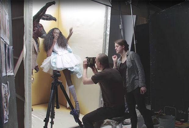 Дюки Тот снялась для очередного календаря Pirelli в роли Алисы
