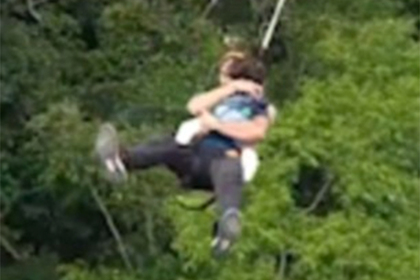 Отец прыгнул с моста на тарзанке в обнимку с двухлетней дочерью