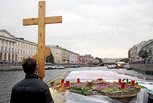 Крестный ход по рекам и каналам в поддержку общероссийского сбора подписей за запрет абортов, организованный движением «Воины жизни».