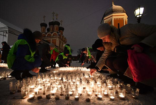 Акция в защиту жизни детей до рождения «Сохрани жизнь» у храма преподобного Сергия Радонежского в Высоко-Петровском монастыре в Москве.