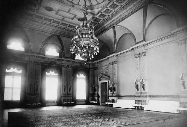 Гитлер очень гордился новым зданием и, по воспоминаниям современников, любил сравнивать его с другими величественными дворцами — разумеется, чтобы лишний раз подчеркнуть превосходство рейха. Фюрер мог на полном серьезе приводить гостям выкладки о том, что, скажем, какое-нибудь помещение в новой Рейхсканцелярии на полметра шире, чем в Версале.