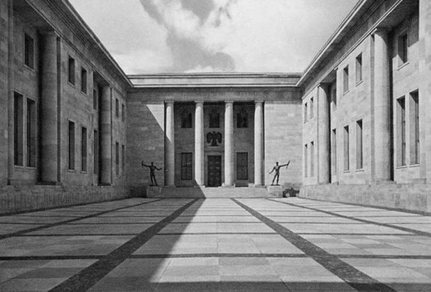 Именно Шпеер проектировал и здание новой Рейхсканцелярии. Поражающее своими масштабами здание — его длина составила 440 метров — было построено всего за год. После Второй мировой войны его решили не восстанавливать.