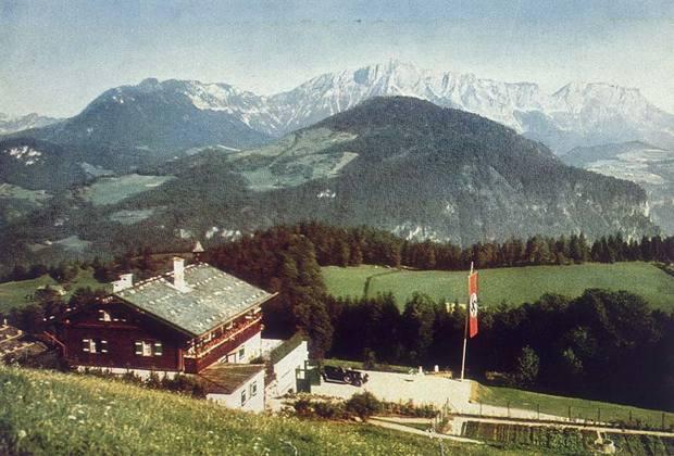 Живописное шале в Баварских Альпах стало резиденцией «Бергхоф» (горный двор) не сразу. Сначала это был «Дом Вахенфельд», принадлежавший вдове коммерческого советника. Гитлер арендовал дом еще в 1928-м, а затем выкупил его у владелицы за 40 тысяч марок. <br><br> Практически сразу новый владелец начал проект масштабной реконструции имения — работы вел мюнхенский архитектор Алоис Дегано, который почти сразу после знакомства с Гитлером вступил в НСДАП, а после «Бергхофа» был назначен «советником по вопросам строительства» партии. <br><br> Живописный альпийский район Оберзальцберг очень понравился Гитлеру еще в 1923 году. Некоторые отели, в которых он останавливался до прихода к власти, в 30-х Гитлер включил в состав своей резиденции, там останавливались те, кто прибывал к фюреру с визитом. Вообще, в 30-е Оберзальцберг постепенно стал престижным районом, заселенным партийной элитой.