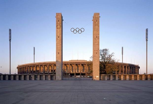 Еще один нацистский мегапроект — стадион на на 86 000 мест в Берлине. Спорткомплекс  примыкал к Майскому полю, где проходили массовые митинги НСДАП. <br><br>  Построенный по проекту архитектора Вернера Марха стадион принял в 1936 году летнюю Олимпиаду. Церемония открытия игр транслировалась в прямом эфире, а сами состязания стали материалом для фильма Лени Рифеншталь «Олимпия».